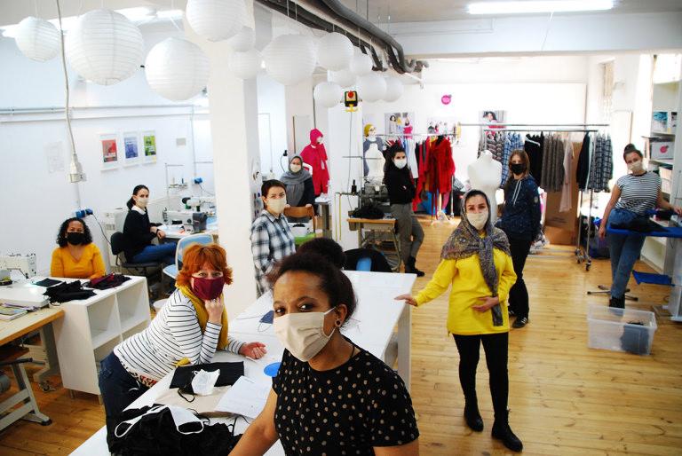 Eine Gruppe Näherinnen von dem sozialen und kulturübergreifenden Unternehmen Stitch by Stitch