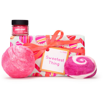 Una caja de regalo de color rosa con Think Pink bomba de baño, the comforter burbuja de baño y bubblegum exfoliante labial