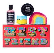 caixa de presente vermelha com o 'melhor amigo' escrito e produtos ao redor