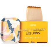 El jabón honey I washed the kids de color caramelo y una jabonera en una caja naranja
