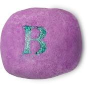 violettes schaumbad mit einem eingeprägten grünen, glitzernden buchstaben b auf der oberseite