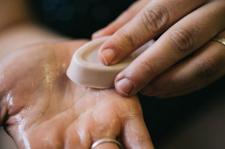 Ansiktsbehandling hemma med toner, ansiktsmask, ansiktskräm och serum