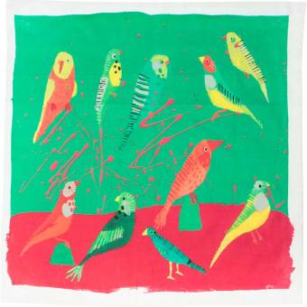 Um lenço com uma ilustracao de passaros verde, laranja e amarelo