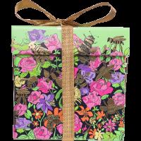 Um presente com motivos florais com produtos de mel para o dia da mae