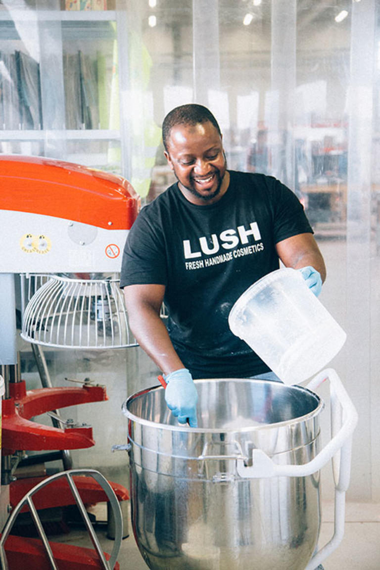 Lush Manufaktur Düsseldorf Mitarbeiter beim Produktanmischen