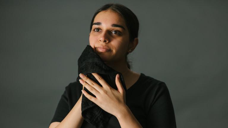 kvinna som torkar bort rengöring från ansiktet med en handduk