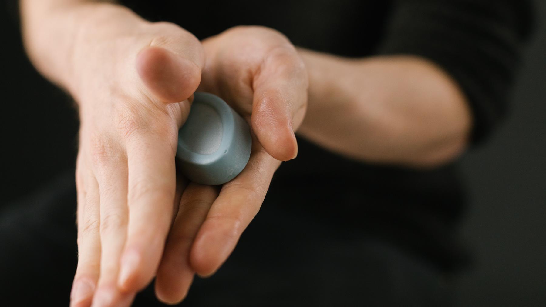 Alguem a esfregar entre as mãos o hidratante de rosto em oleo light touch