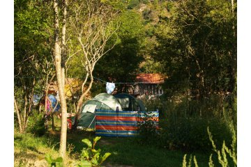 Camping pitch CONFORT 100m² - Price including 2 pers. - With electricity - CosyCamp