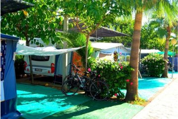 Pitch Plata 70 - 85m²: tent / caravan / camping-car + vehicle + electricity - Torre la Sal 2