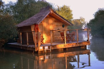 Wooden cabin BORA (2 adults + 1 child) - 90 ft² / 1 bedroom - Village Flottant de Pressac
