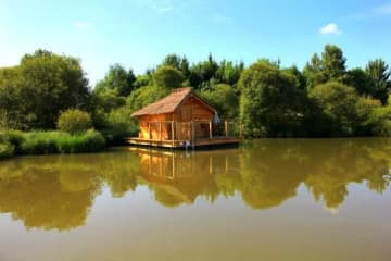 Wooden cabin ILES DES PINS (2 adults + 1 child) - 90 ft² / 1 bedroom - Village Flottant de Pressac