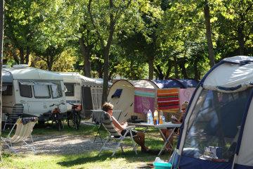 Forfait: Emplacement standard + 1 voiture + tente ou caravane + électricité 6A - Campeggio del Sole