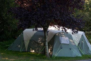 Emplacement Premium avec cabane de stockage - Eau et Electricité 16A - Evacuation eaux grises - Le Ruisseau