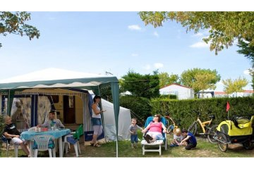 Package Grand Confort: pitch + car + electricity 10 Amp+ water and drainage point - Club Les Brunelles