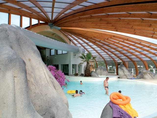 The covered Aqua'Rive Park of campsite Le Domaine de la Rive