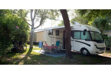 Emplacement nature pour tente/caravane/camping-car avec électricité 6A - Abri de Camargue