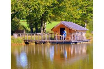 Cabane flottante Beauclair (2 adultes + 1 enfant) - 40 m² / 1 chambre PMR - adapté aux personnes à ... - Village Flottant de Pressac