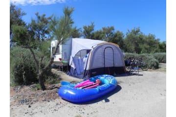 Forfait front de mer ** 2ème ligne - Emplacement, 1 installation, 1 véhicule et électricité - Les Méditerranées - Beach Garden