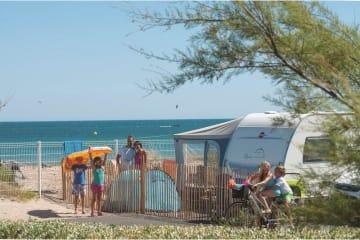 Forfait front de mer ** 1ère ligne - Emplacement, 1 installation, 1 véhicule et électricité - Les Méditerranées - Beach Garden