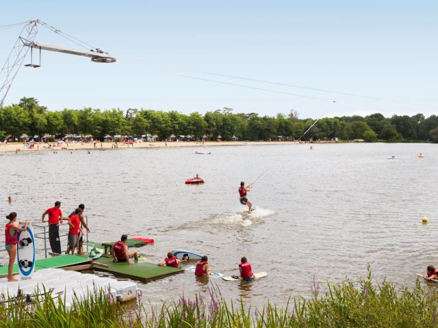 Water skiing on campsite Les Alicourts Resort