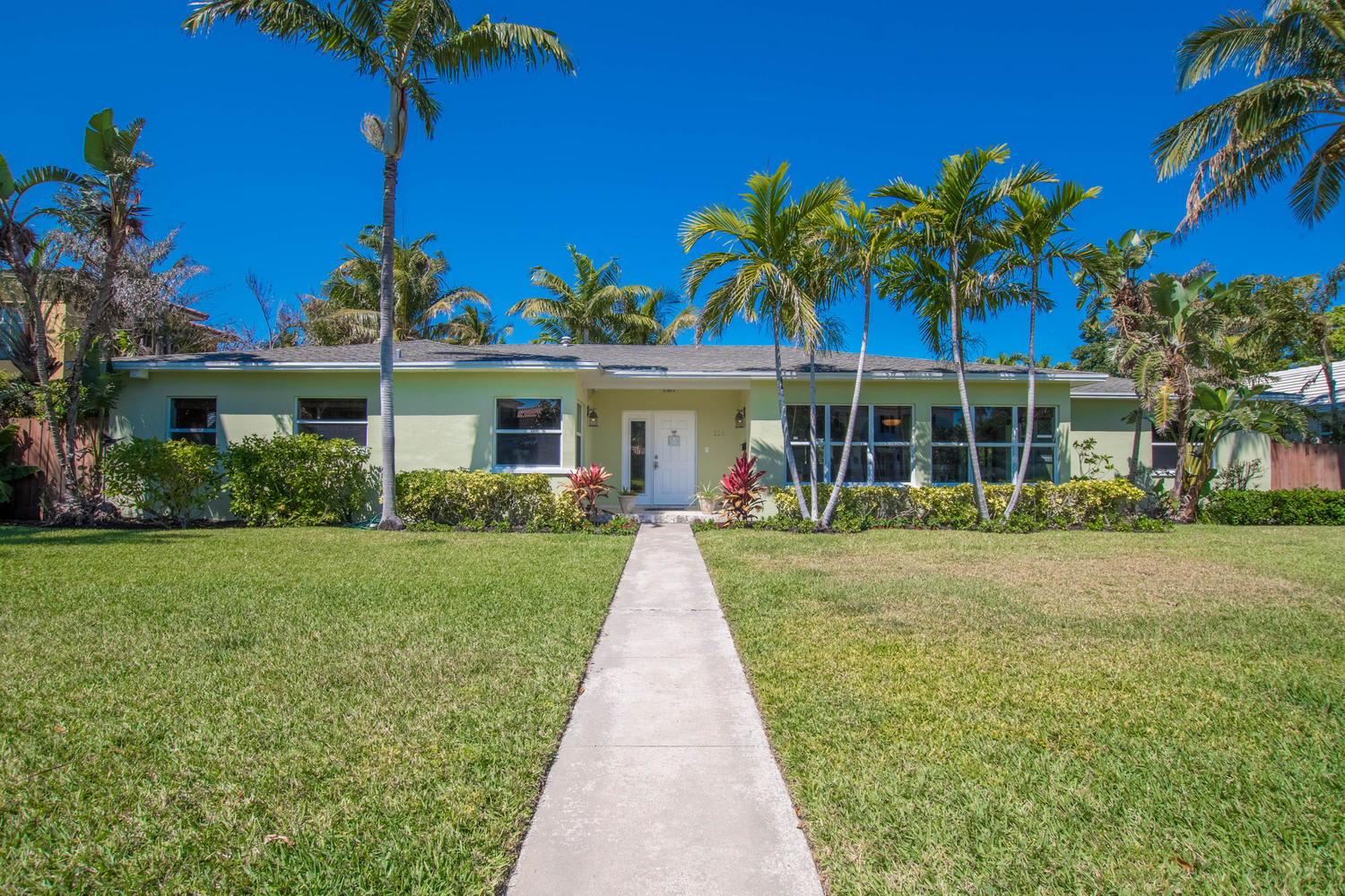 225 Russlyn Dr photo