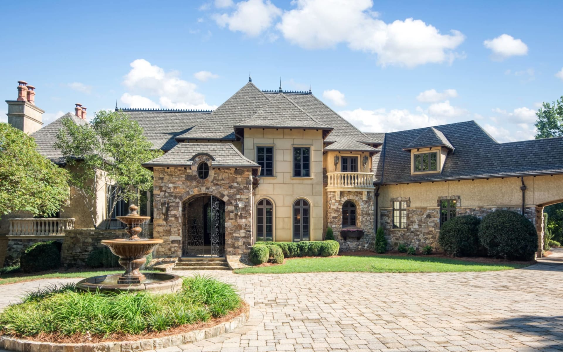 Sophisticated Residence With Unrivaled, Pristine Location