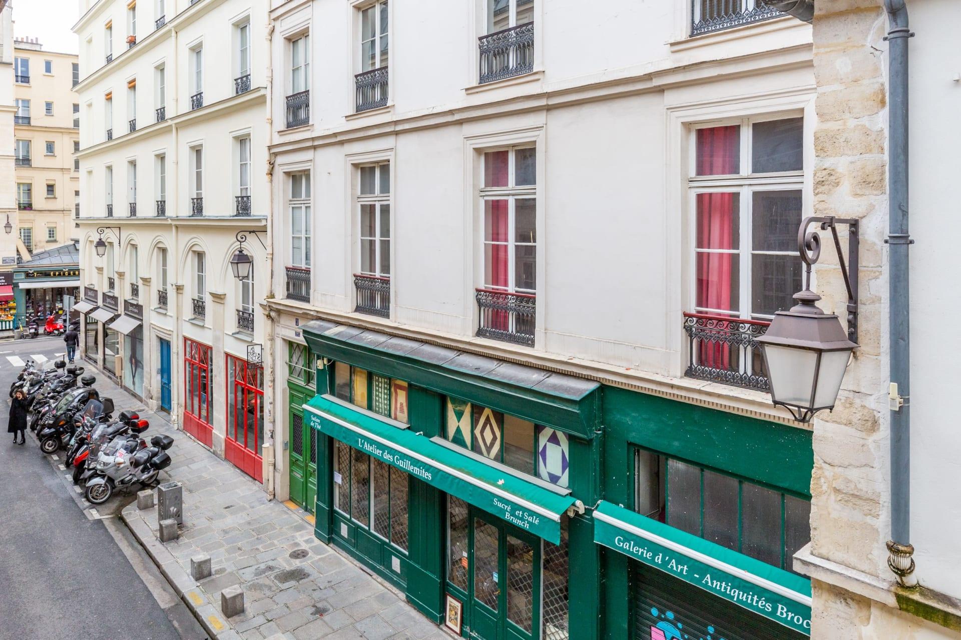 43 Rue Vieille du Temple, Paris, France photo