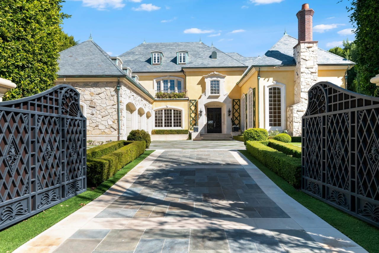 Grand Traditional Manor in Brentwood Park