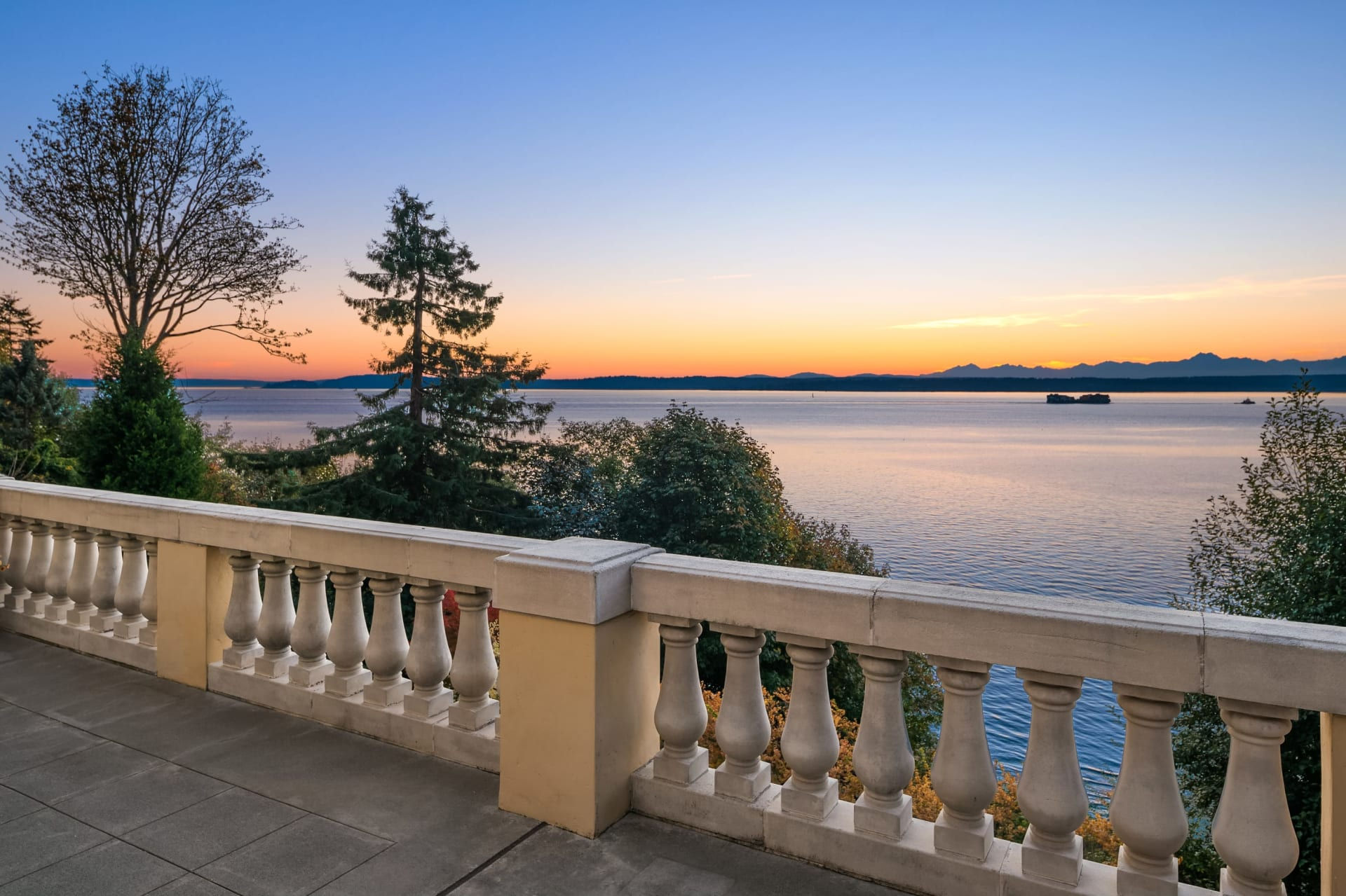 Luxury Waterfront in Magnolia