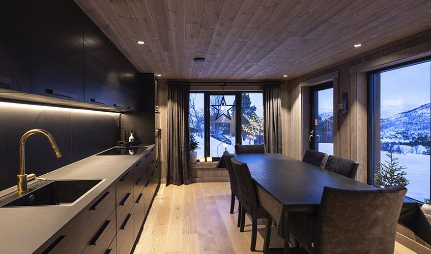 Hytte med sort kjøkken og LED-striper
