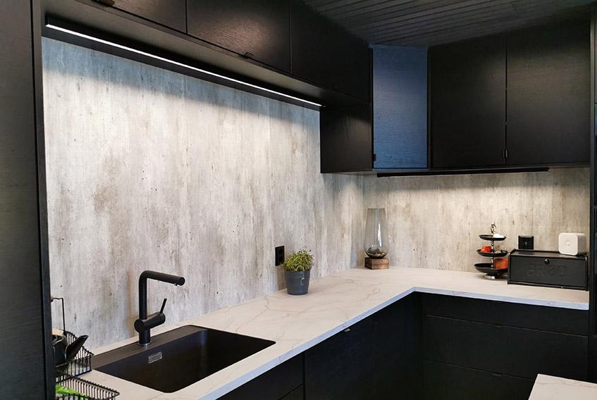 Overskap på kjøkken med LED-stripe i montert profil med inntrukket deksel som ikke blender