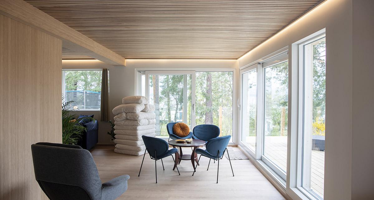 Stue i funkishus med LED-striper i tak