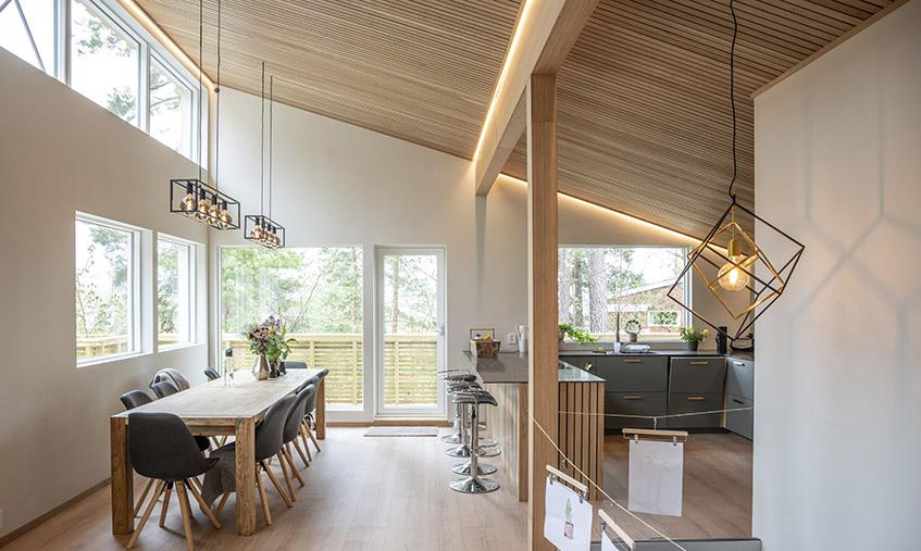 Kjøkken i funkishus med LED-striper i tak