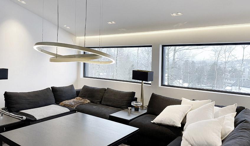 Stue med LED-striper i tak og doble spotter