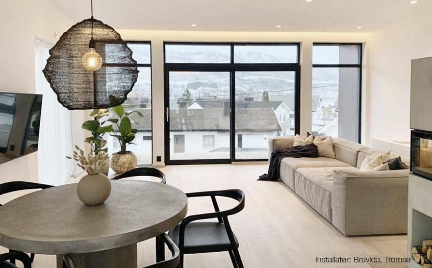 Stue med LED-striper i tak