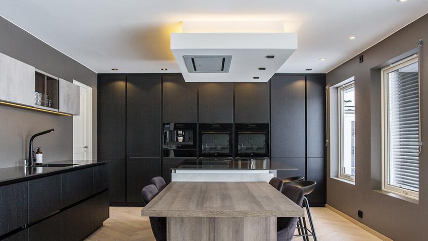 Kjøken med LED-stripe over takflåte for indirekte belysning