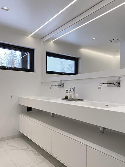 Bad med LED-striper i tak over speil