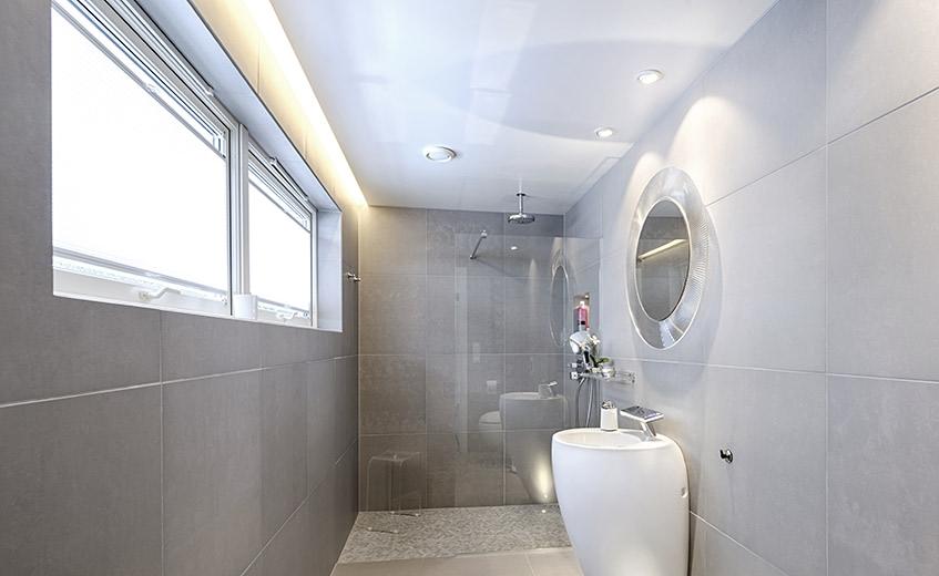 Bad med LED-striper langs tak og vegg