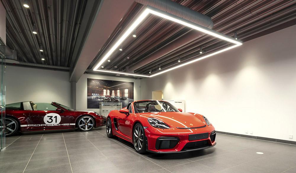 Porsche Center Oslo - utleveringhall med belysning over bilen