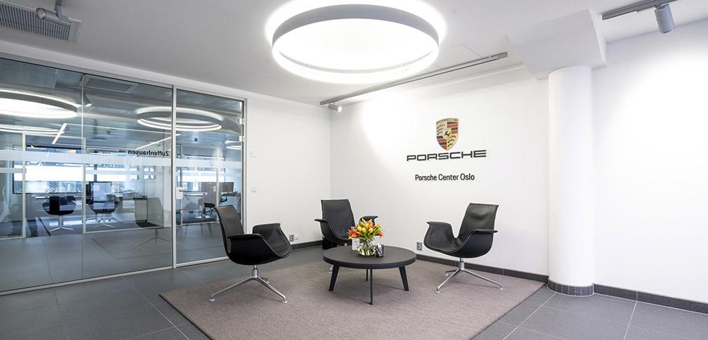 Utleveringshall og sosial sone på Porsche Center Oslo