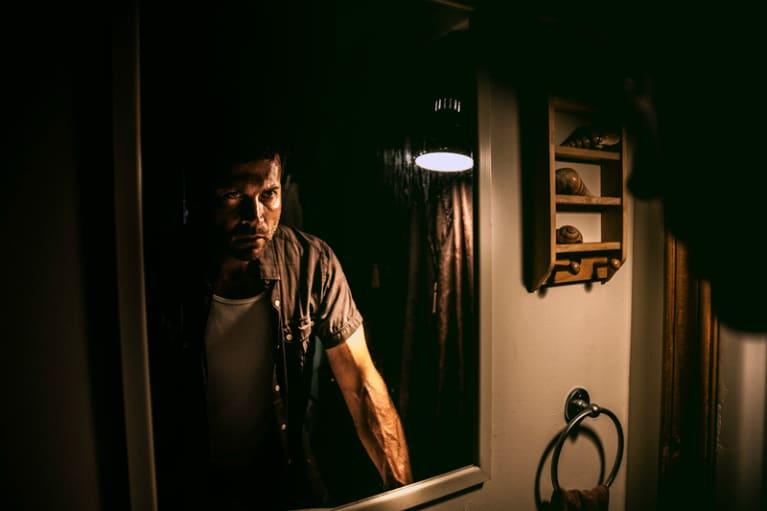 Persona enojada mirándose al espejo