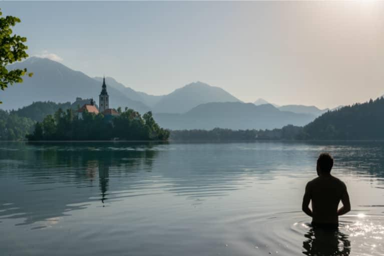 Joven bañándose en un lago mientras practica el método Wim Hof.