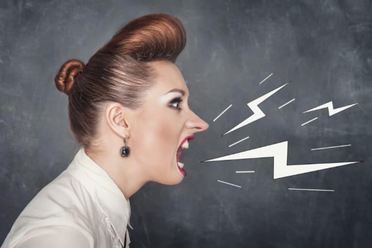 Mujer gritando de perfil