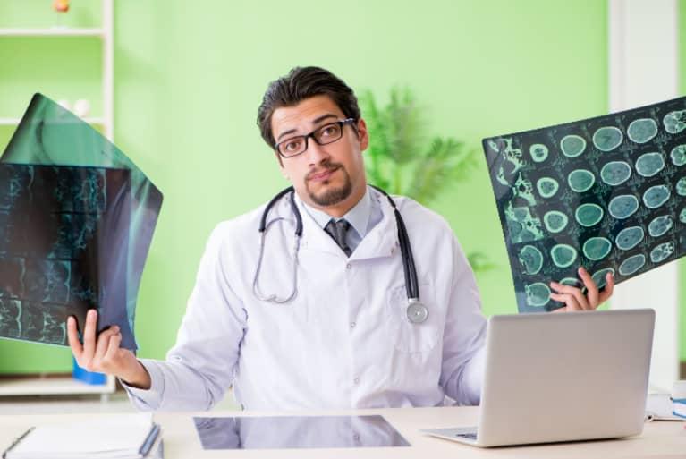 Médico con una placa en la mano