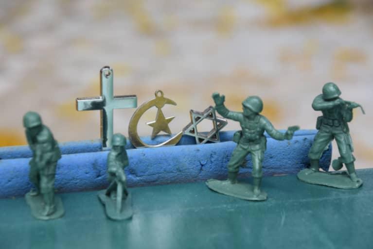 Soldaditos de plástico junto a símbolos religiosos