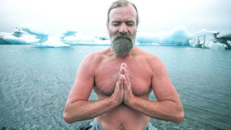 Wim Hof practicando su método a temperaturas bajo cero.