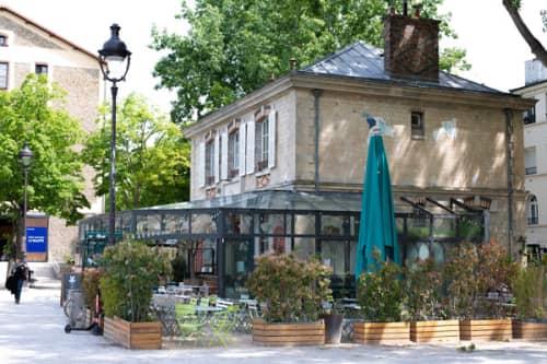 パリのサンマルタン運河脇 一軒家カフェ・パヴィヨンデカノーのおしゃれな外観