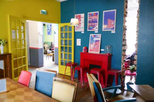 パリのサンマルタン運河脇 一軒家カフェ・パヴィヨンデカノーのレトロポップな店内