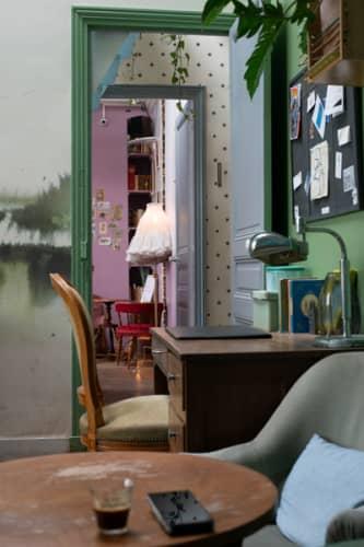パリのサンマルタン運河脇 一軒家カフェ・パヴィヨンデカノーの落ち着く店内