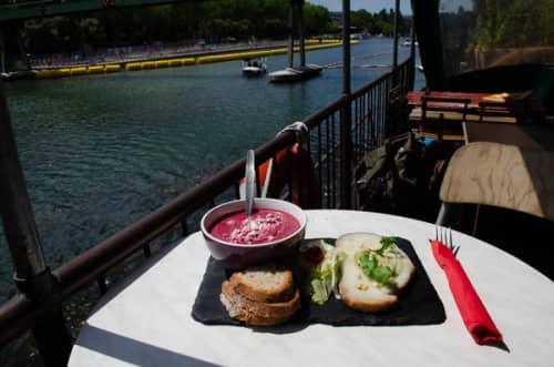 パリの船上カフェ・ペニッシュアンチポッドで頂く軽食